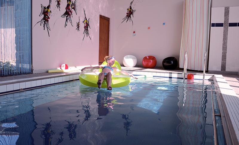 Une piscine chauffée à l'intérieur du gîte
